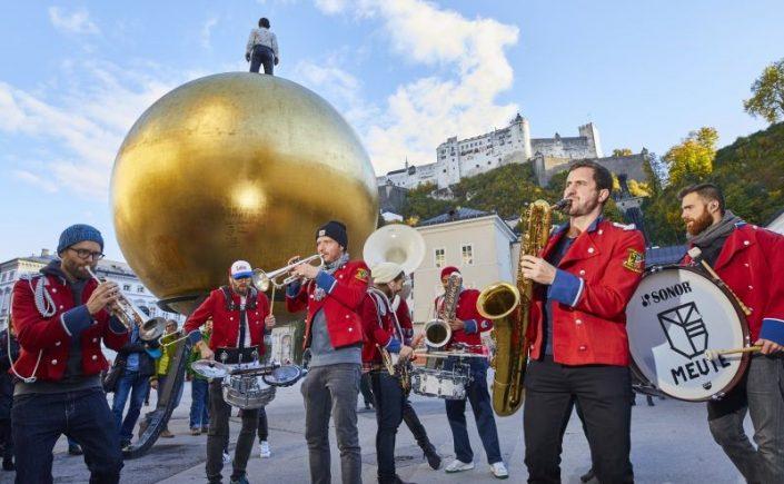 Musiker vor Festungspanorama in Salzburg (Bildrechte: Jazz & The City / Tourismusverband Salzburger Altstadt)